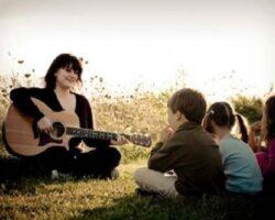 Chiêm bao mơ ca hát đánh con gì? – Ý nghĩa mơ thấy người khác hát
